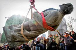 Vào ngày 14 Tháng Mười năm 2012 dân chúng tụ tập để xem công nhân hạ bức tượng đồng cuối cùng của Vladimir Lenin xuống tại Ulan-Bator, thủ đô của Mông Cổ. AFP