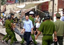 Công an chận bắt người biểu tình chống Trung Quốc ở Hà Nội sáng 17-7-2011. Photo: ABS.