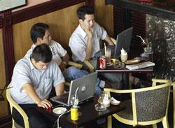 Thanh niên Saigon trong quán cà phê-wifi. AFP photo