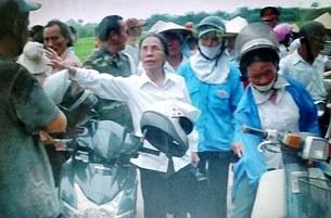 Tham gia cuộc đối thoại ngày hôm nay còn có bà Lê Hiền Đức (áo trắng)