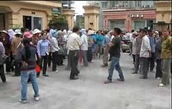 Ngày 11/04, hàng ngàn nông dân Văn Giang, Dương Nội tập trung tại trụ sở làm việc mới của Thanh tra Chính phủ ở Yên Hòa- Cầu Giấy để phản đối việc cưỡng chế đất. RFA screen capture/CongbangPhapluat