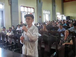 Ngày 12/04/2012. UBND tỉnh Hưng Yên chỉ gởi giấy  mời cho 166 hộ nông dân lên tham dự đối thoại. Một nông dân đang phát biểu. RFA screen capture/congbangphapluat