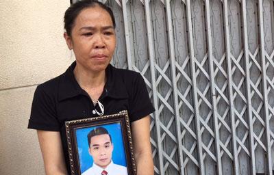 Bà Nguyễn Thị Ái ôm di ảnh con trai, anh Phạm Ngọc Nhung.