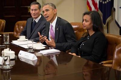 Cựu tù nhân chính trị, blogger Điếu Cày Nguyễn Văn Hải (bìa trái) vào lúc 10:55 sáng ngày 1 tháng 5 theo giờ miền đông Hoa Kỳ, có cuộc hội luận với tổng thống Hoa Kỳ Barack Obama (giữa) cùng với các nhà báo nước ngoài khác từng bị bắt bớ. AFP PHOTO.