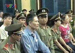 Nhà báo Nguyễn Văn Hải tức blogger Điếu Cày và blogger Tạ Phong Tần tại phiên sơ thẩm hôm 24/9/2012.