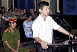Anh Trần Hùynh Duy Thức tại phiên tòa phúc thẩm 11/05/2010. Danlambao