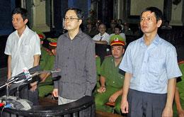 Từ phải  anh Lê Thăng Long,  anh Lê Công Định và anh Trần Hùynh Duy Thức tại phiên tòa phúc thẩm ngày 11 tháng 5, 2010. VOV online