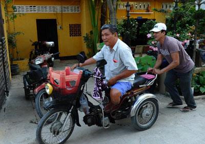 Một thương phế binh Việt Nam Cộng Hoà nhận trợ giúp tại Chùa Liên Trì. Photo courtesy of Facebooker
