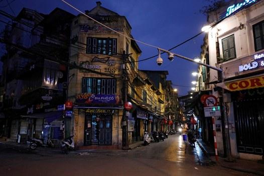 Các hàng quán đóng cửa ngừng hoạt động tại Hà Nội.
