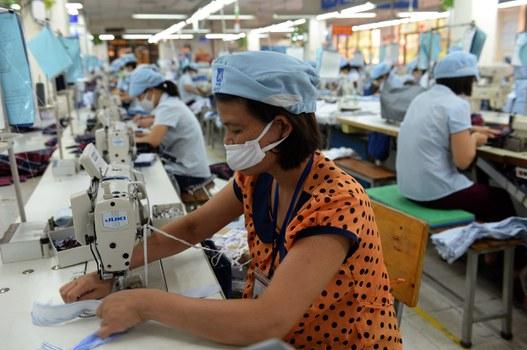 Công nhân làm việc tại một xưởng may mặc.