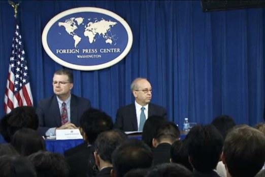 Ông Daniel Kritenbrink và ông Daniel R. Russel trong buổi họp báo nói về chuyến đi của Tổng thống Obama tới Việt Nam và Nhật Bản tại Trung tâm Báo chí nước ngoài Washington vào ngày 18 tháng 5 năm 2016.