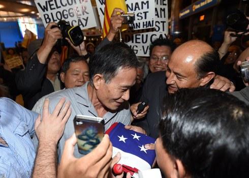 Hình ảnh Blogger Điếu Cày khi đến phi trường Los Angeles đêm 21 tháng 10 năm 2014.