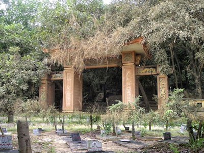 Ngay cả những người đã mất cũng bị kỳ thị. Nghĩa trang quân đội Biên Hòa bị bỏ hoang mộ bia bị đập phá...
