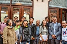 Khoảng 30 người đã có mặt tại buổi thảo luận. Thành phần tham dự gồm có đại diện các sứ quán Đức, Úc, liên minh Châu Âu, TS Nguyễn Quang A, giáo sư Chu Hảo, ông Nguyễn Hoàng Đức... và các blogger thuộc Mạng Lưới Blogger Việt Nam.(ngày 20/03/2014)