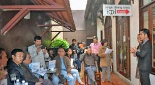 Chủ quán cà phê đóng khu vực có phòng rộng viện ly do sửa chữa nên những người tham dự phải ngồi rải rác ở ngoài hành lang tuy nhiên buổi họp Cà phê Nhân quyền lần 2 vẫn tiến hành