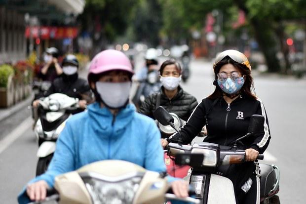 Những xe máy tham gia giao thông vào ban ngày trên đường phố Hà Nội.