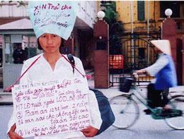 Chị Hồ Thị Bích Khương tố cáo chính quyền bắt dân oan bỏ tù ngày 11-5-2005 tại Hà Nội. RFA file