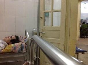LS Lê Quốc Quân được đưa vào bệnh viện đang nằm chờ công an và bác sĩ hội chẩn bệnh tình.