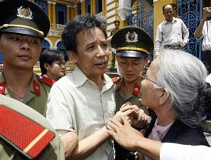 Bác sĩ Lê Nguyên Sang vội vã chia tay với mẹ trước khi vào trại giam