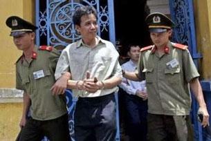 Bác sĩ Lê Nguyên Sang sau khi lãnh bản án. Courtesy vietvungvinh.org