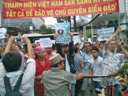 Biểu tình chống Trung Quốc nhung không quên chị Bùi hằng. (Blog Quechoa)