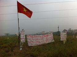 """Khẩu hiệu """"Nông dân Dương nội thà hy sinh tất cả chứ không chịu mất đất không chịu thất nghiệp đói nghèo"""". Photo courtesy of nguyenxuandienblog"""
