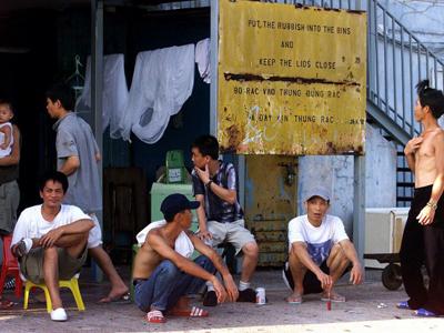 Một nhóm người Việt Nam gần cổng trại tị nạn Pillar Point ở Hồng Kông ngày 30 tháng 5 năm 2000.
