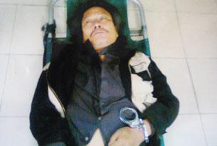 Anh Trịnh Xuân Tùng bị còng tay đánh gẫy cổ, vào đến nhà thương công an vẫn không cho tháo còng. Ảnh của báo cơ quan thanh tra chính phủ.