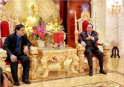 Bức ảnh gây xôn sao một thời gian: Tổng bí thư đảng cộng sản VN, Nồng Đức Mạnh ngồi trên bộ nghê như ngai vàng tiếp Bí thư thứ nhất trung ương đoàn thanh niên cộng sản Hồ Chí Minh. Xuân 2015 (báo Tiền Phong)