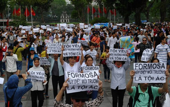 Biểu tình chống thảm họa môi trường do Formosa gây ra. Hà Nội, 1/5/2016.