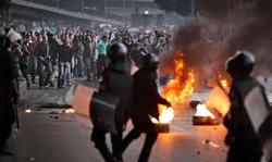 Người biểu tình đối đầu với cảnh sát- ccurrentaffairs.blogspot.com photo