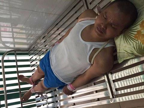 Blogger Lê Anh Hùng, vào ngày 16/7/2020, bị trói vào giường bệnh do không chịu uống thuốc tâm thần của Viện Pháp y Tâm thần Trung ương.