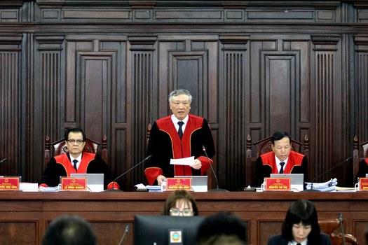 Hình minh hoạ. Chánh án TAND tối cao Nguyễn Hoà Bình (giữa) tại phiên Giám đốc thẩm xử vụ án của tử tù Hồ Duy Hải ở Hà Nội hôm 8/5/2020. Tử tù Hồ Duy Hải bị cáo buộc tội giết người, cướp của nhưng vẫn khẳng định mình bị oan