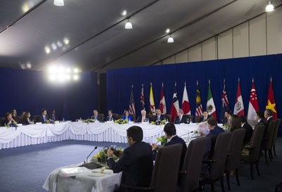 Tổng thống Mỹ Barack Obama (giữa) phát biểu trong một cuộc họp với các nhà lãnh đạo TPP bên lề Hội nghị thượng đỉnh APEC tại Manila hôm 18/11/2015.