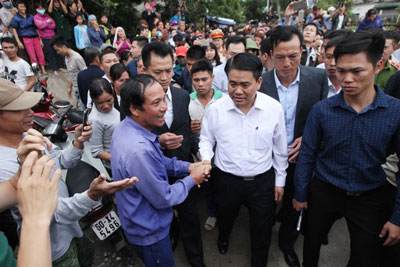 Chủ tịch thành phố Hà Nội, ông Nguyễn Đức Chung (áo trắng) xuống xã Đồng Tâm, huyện Mỹ Đức, Hà Nội vào ngày 22 tháng 4 năm 2017.