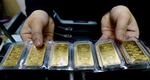Vàng miếng SJC tại một tiệm kinh doanh vàng ở Hà Nội hôm 25/2/2011. AFP photo.