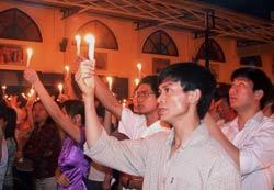 Một buổi thắp nến cầu nguyện của giáo dân xứ Thái Hà. (ảnh minh họa) AFP