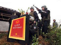 Luật đất đai? lực lượng công an, quân sự đã được huy động rầm rộ vào một vụ cưỡng chế đất đai ở Tiên Lãng hồi tháng 1/2012.(Ảnh minh hoạ RFA)