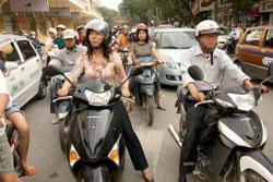 Giao thông tại Hà Nội. Photo by Tyler Chapman