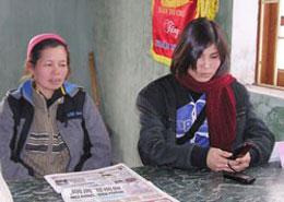 Bà Nguyễn Thị Thương (trái), vợ của ông Đoàn Văn Vươn và bà Phạm Thị Hiền, vợ ông Đoàn Văn Quý, làm việc với Cơ quan Điều tra Công an TP Hải Phòng ngày 13-2. Courtesy giaoduc.net.