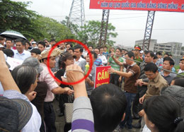 Hầu hết dân chúng bị ngăn chặn không cho đến gần Tòa án Hải Phòng các ngay xử ông Đoàn Văn Vươn (trong ảnh chị Bùi Minh Hằng đang bị an ninh bẻ tay dẫn đi). danlambao
