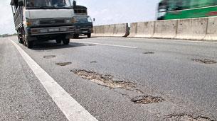 Mặt một tuyến đường cao tốc ở TP.HCM giăng đầy  ổ gà – Ảnh: M.Thuận/Tuoitre