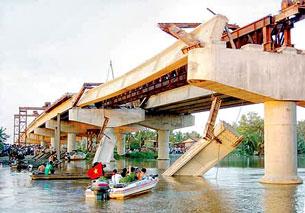 Dầm cầu số 9 cầu vượt Chợ Đệm bị gãy đôi, rơi xuống sông. Ảnh: Ngọc Hiếu. Source sggp.org.vn