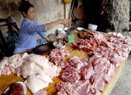 Một cửa hàng bán thịt heo ở Hà Nội. AFP