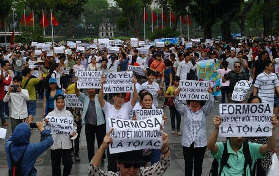 Hình minh hoạ. Người dân biểu tình phản đối công ty Formosa gây ô nhiễm môi trường 4 tỉnh miền Trung Việt Nam hôm 1/5/2016 ở Hà Nội
