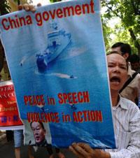 Người dân tiếp tục xuống đường biểu tình chống Trung Quốc tại Hà Nội hôm 22-07-2012. AFP photo