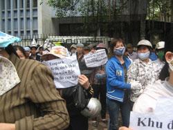 Hằng trăm dân oan khiếu nại việc thu hồi đất cho dự án khu đô thị sinh thái Ecopark  trước VP tiếp dân của QH. Courtesy blog nguyenxuandien