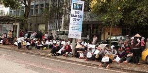Sáng nay khoảng 100 người thuộc các huyện Văn Giang - Hưng Yên, xã Yên Vên (Gia Lâm, HN) đã kéo về trước Văn phòng tiếp dân của Quốc hội để kêu cứu.