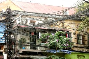 Hệ thống điện chằng chịt trên đường phố Hà Nội. RFA 2010
