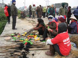 Người dân Dương Nội cuốn giẻ, tẩm xăng để đốt chủ đầu tư nếu thi công dự án trên phần đất ruộng của họ. Photo courtesy of infonet